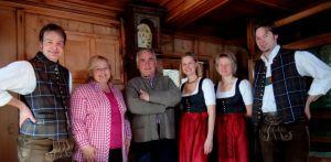 Heute in Thierbach zu Gast: v.l.: Hubert Klingler, Wirtin Karin Moser, Moderator Bertl Göttl, Tina Klingler und Christina Neumayr.